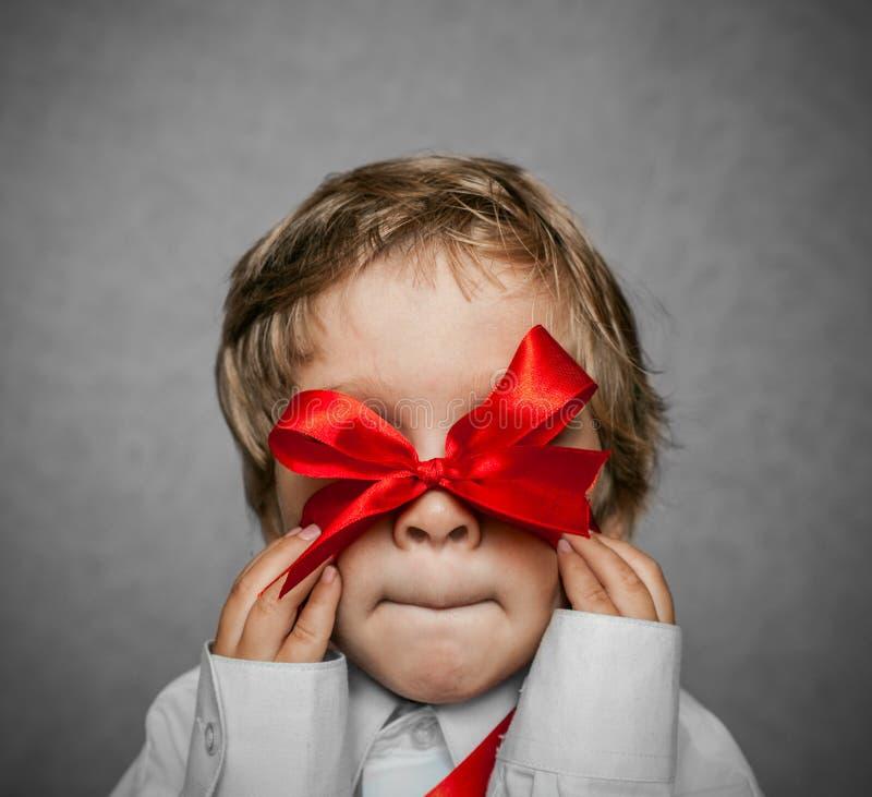 Kleine baby met zilveren giftdoos royalty-vrije stock fotografie