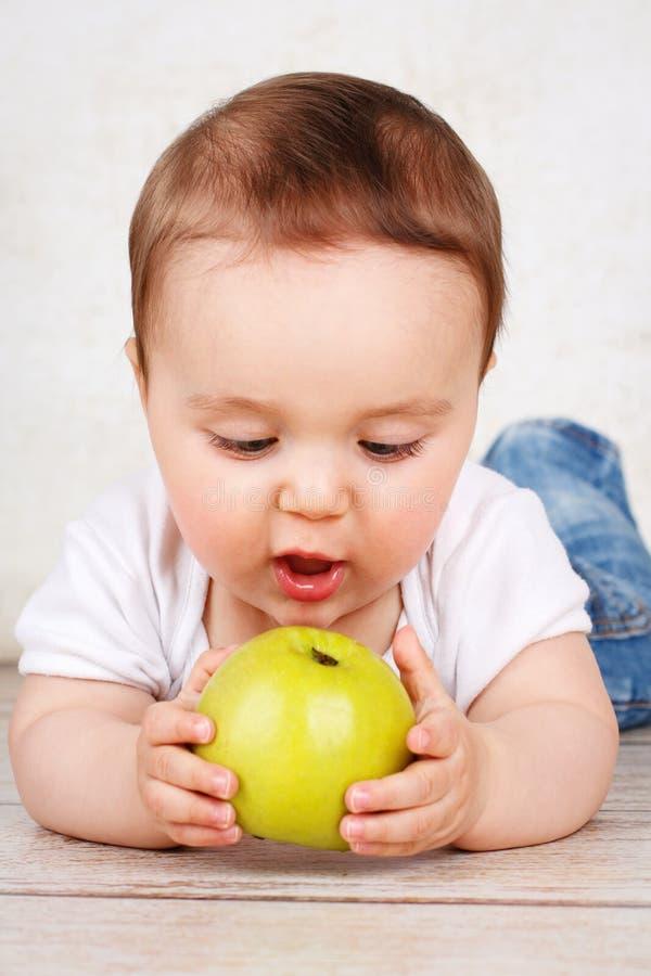 Kleine babyjongen die appel eten stock fotografie