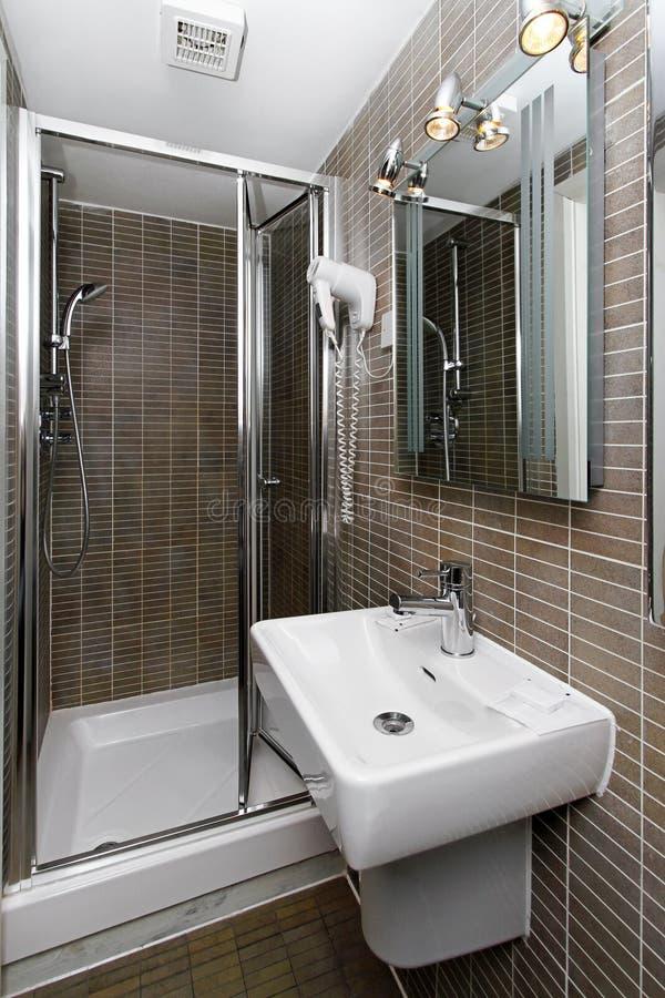 Kleine badkamers stock afbeelding. Afbeelding bestaande uit tegels ...