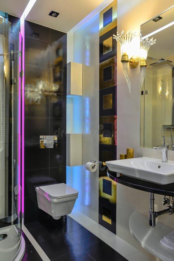 Kleine badkamers stock afbeelding. Afbeelding bestaande uit klein ...
