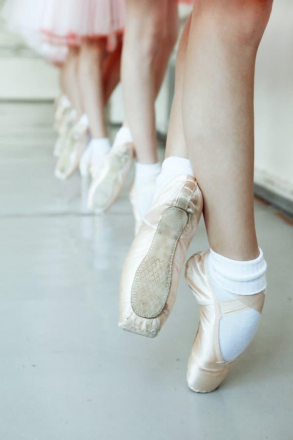 Kleine Ballerina-Füße lizenzfreie stockbilder