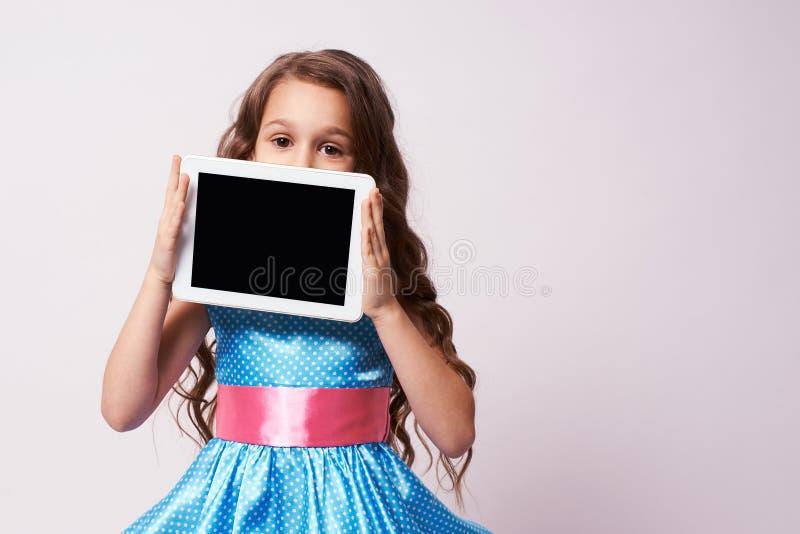 Kleine Ballerina Flaumiges Kleid Moderne Tablette stockbild