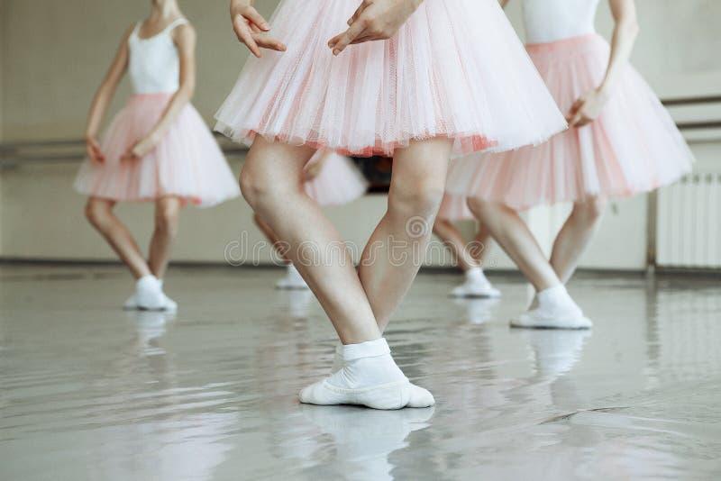 Kleine Ballerina ` s Füße stockfotos
