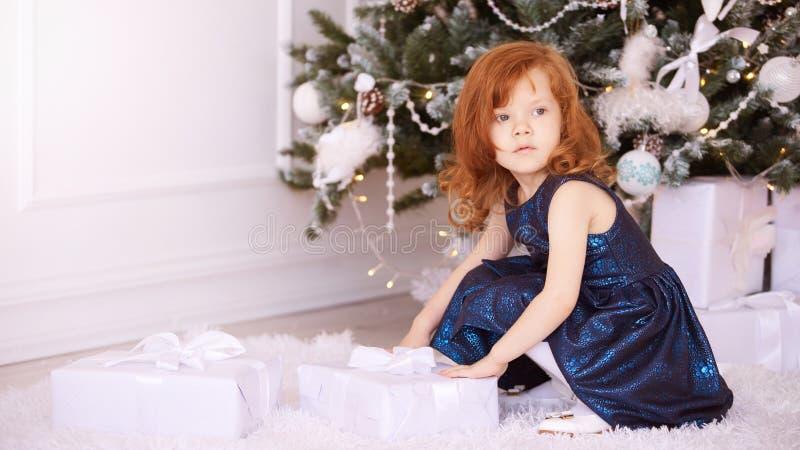Kleine Ballerina Weißer Hintergrund Blaues Kleid Kind des neuen Jahres Weihnachts Weihnachtsabendsfeiertag innen Geschenk lizenzfreie stockbilder