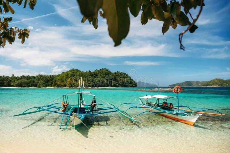 Kleine bangka Boote auf Strand, Port-Barton, Philippinen stockfotografie