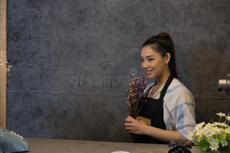 kleine bedrijfseigenaar bij haar koffiewinkel gelukkige Aziatische vrouwentribune royalty-vrije stock fotografie