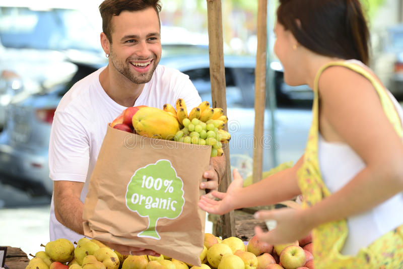 Kleine bedrijfseigenaar die organische vruchten verkopen. stock afbeeldingen