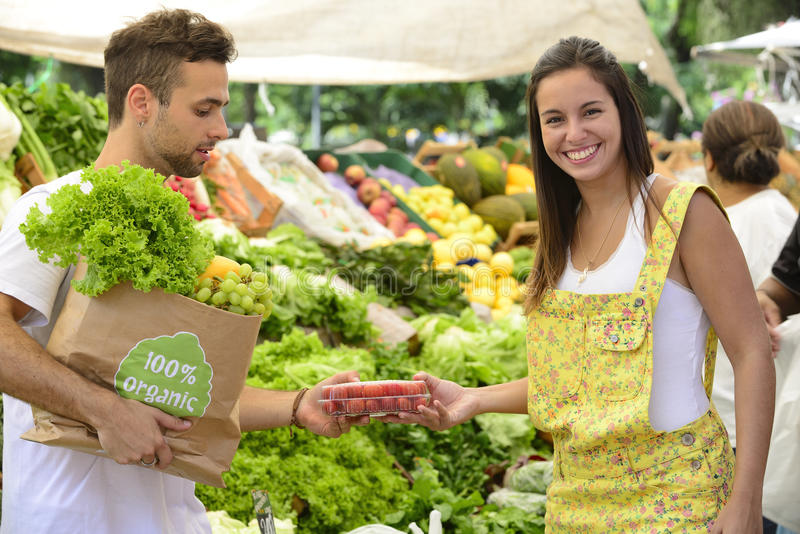 Kleine bedrijfseigenaar die organische vruchten verkopen. stock afbeelding