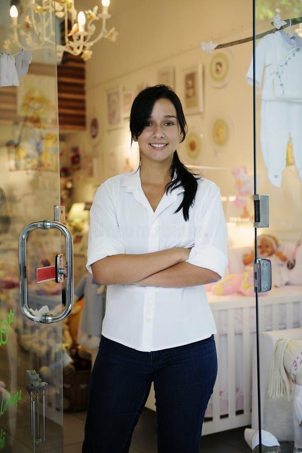 Kleine bedrijfseigenaar: trotse vrouw en haar opslag royalty-vrije stock foto's