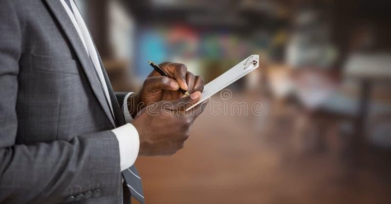 Kleine bedrijfseigenaarmens het schrijven stock foto