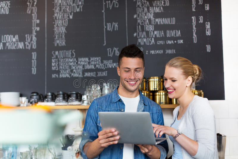 Kleine bedrijfseigenaars in koffiewinkel stock fotografie