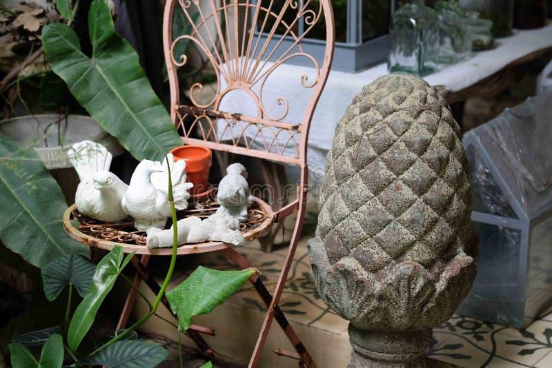 Kleine beeldhouwwerken op uitstekende stoel royalty-vrije stock afbeelding