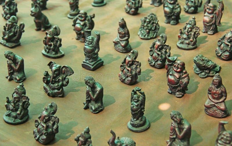 Kleine beeldjes van Boedha, Ganesha, Kikker in de markt van bazaar stock afbeeldingen