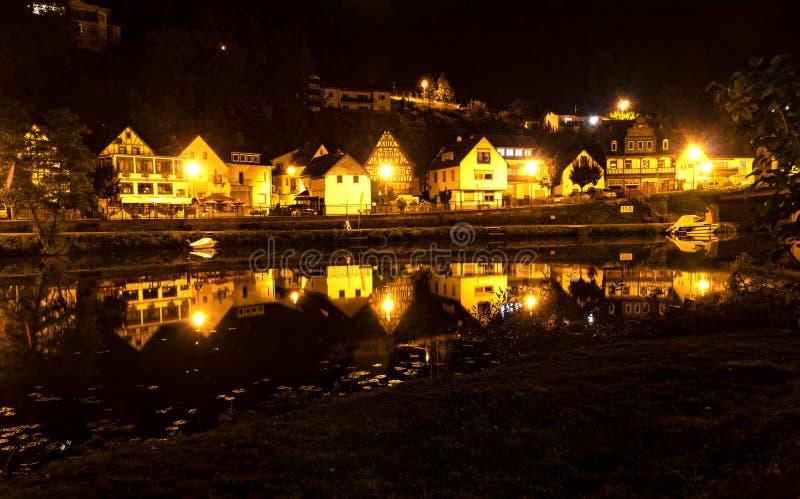 Kleine belichtete Stadt nachts stockbild
