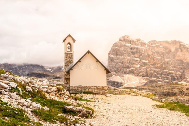 Kleine bergkapel, Cappella-degli Alpini, in Tre Cime di Lavaredo, Dolomiet, Italië stock foto's