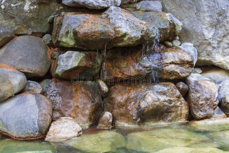 Kleine bergwaterval op de rotsen royalty-vrije stock afbeelding