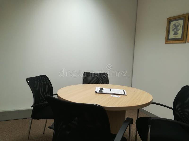 Kleine bestuurskamer klaar voor een vergadering stock afbeelding