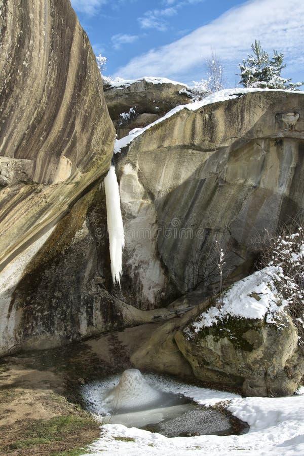 Kleine bevroren waterval in Corbii DE Piatra, Arges, Roemenië royalty-vrije stock fotografie