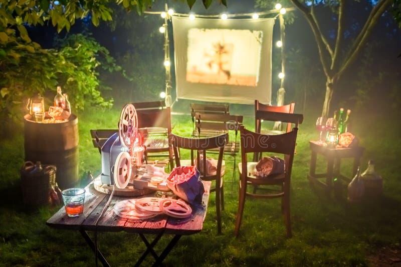 Kleine bioskoop met oude analoge films in de zomeravond stock afbeeldingen
