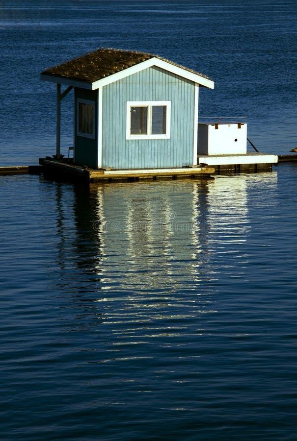 Kleine blauwe drijvende hut royalty-vrije stock fotografie