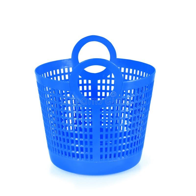 Kleine blauwe plastic die mand op wit wordt geïsoleerd stock afbeelding