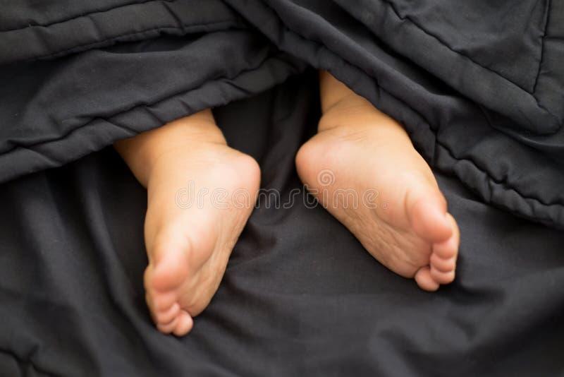Kleine bloße Füße eines kleinen Babys oder des Jungen stockbilder
