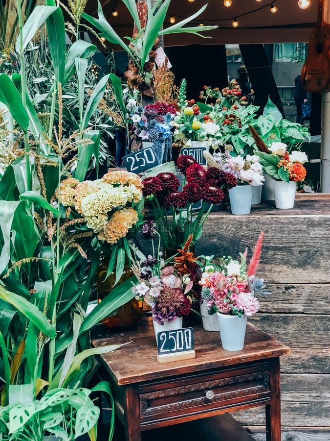Kleine bloemenwinkel met trendy bouquets royalty-vrije stock foto's