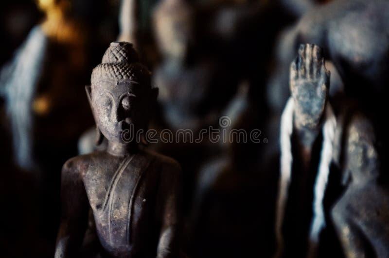 kleine boeddhistische standbeelden in een hol rond de stad stock fotografie