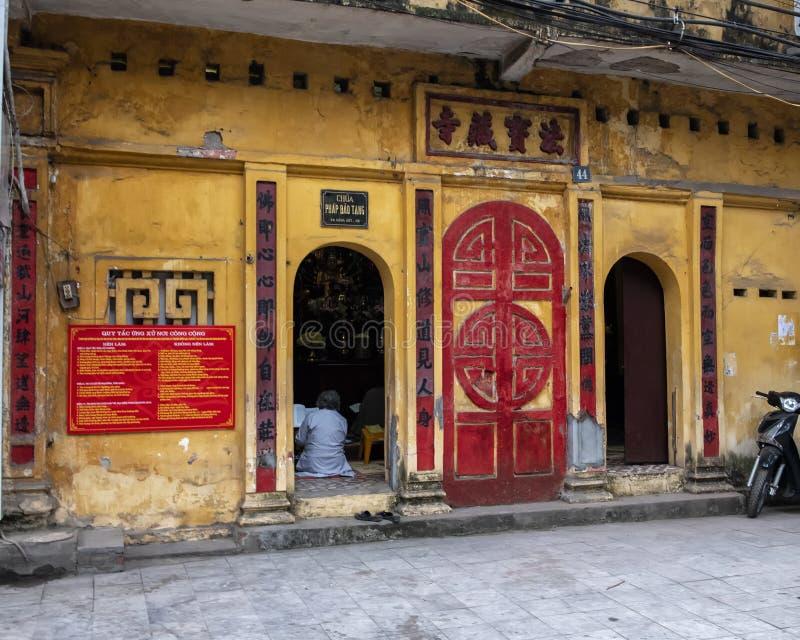 Kleine Boeddhistische tempel langs een straat in Hanoi, Vietnam stock foto's