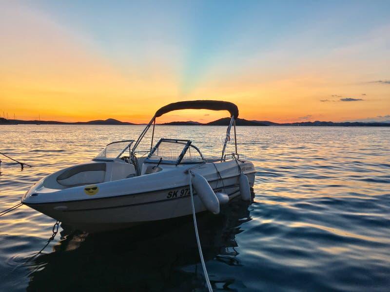 Kleine boot in de zonsondergang stock afbeeldingen