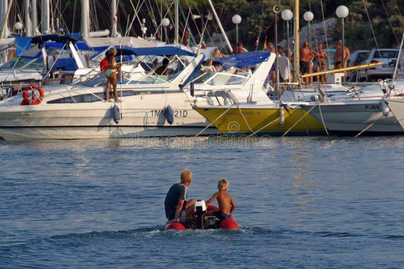 Kleine boot die in jachthaven komen stock foto