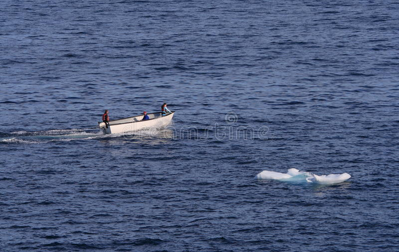 Kleine boot en Kleine Ijsberg stock fotografie