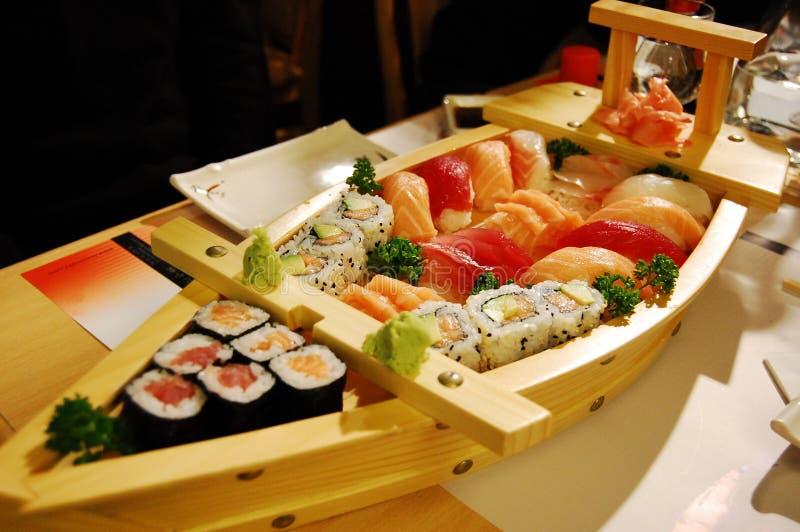 Kleine boot met sushi v3 royalty-vrije stock foto