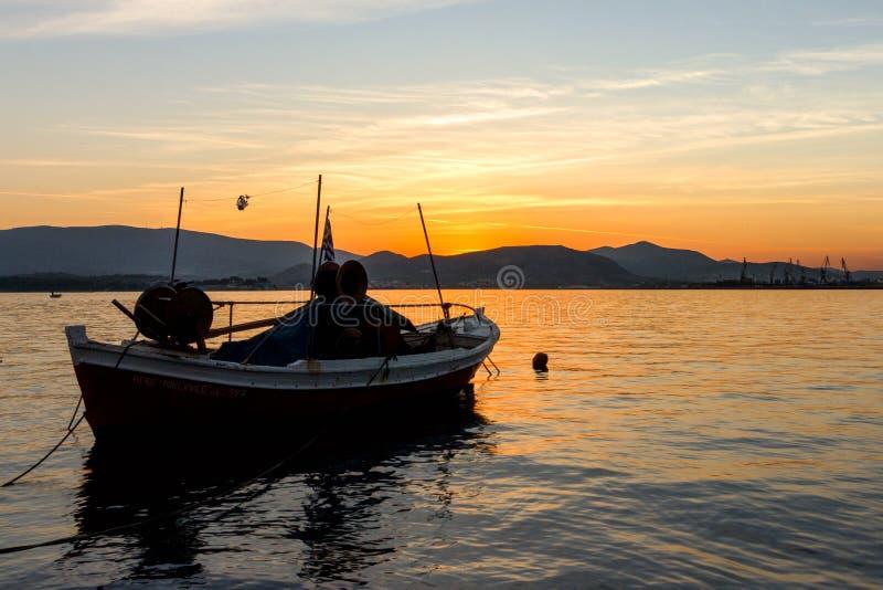 Kleine boot op een overzees bij zonsondergang royalty-vrije stock afbeeldingen