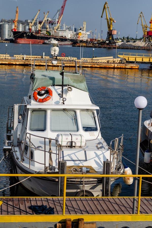 Kleine boot op het dok stock afbeeldingen