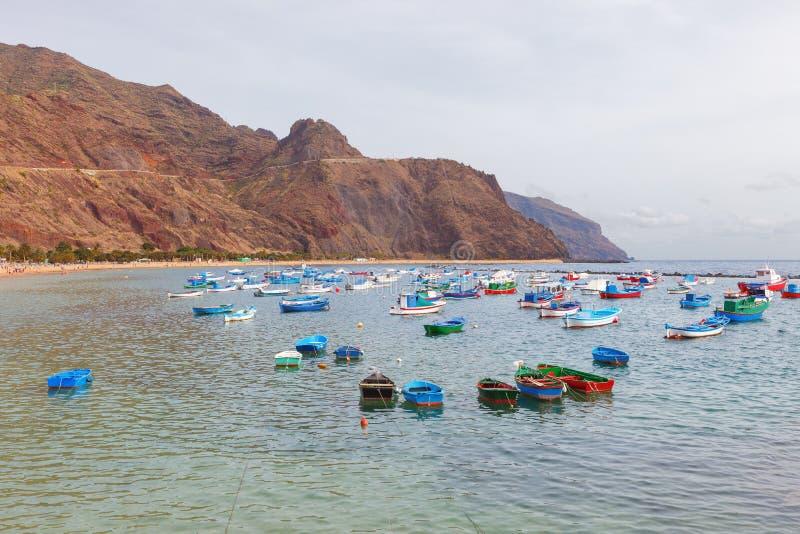 Kleine Boote auf dem berühmten Strand von Teresitas, Teneriffa, spanisch stockfotos