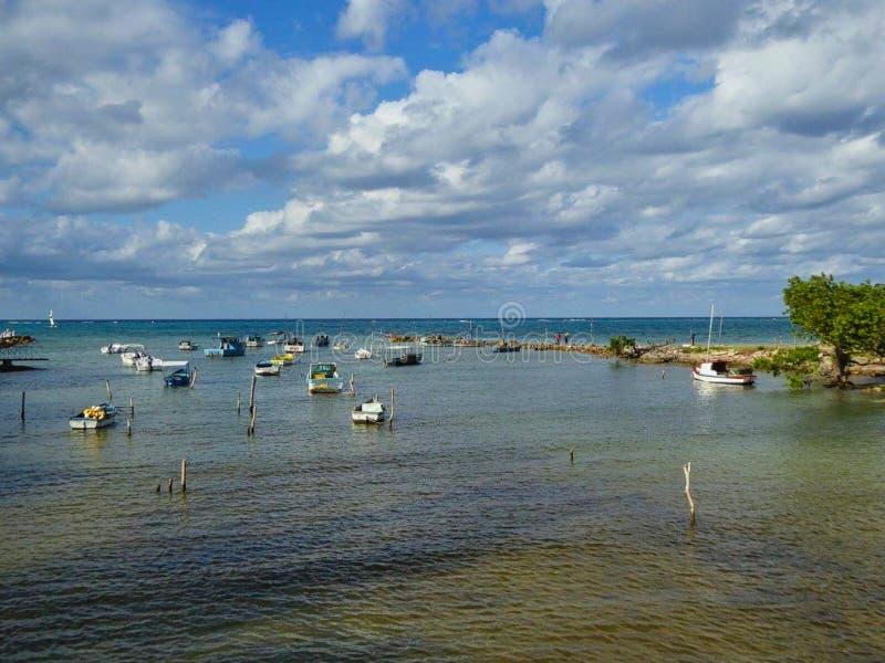 Kleine Boote auf dem Strand stockbilder