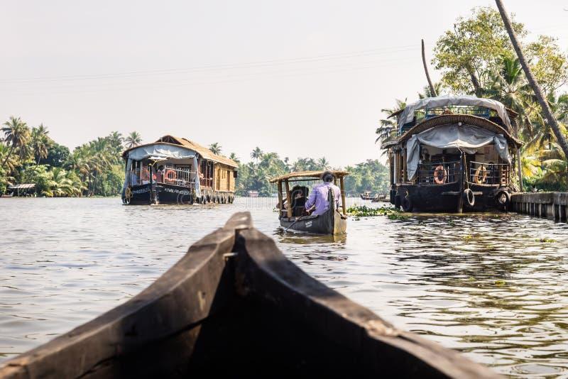 Kleine Boote entlang Hausbooten auf dem Fluss Kerala Backwater, Alleppey - Alappuzha, Indien lizenzfreies stockfoto