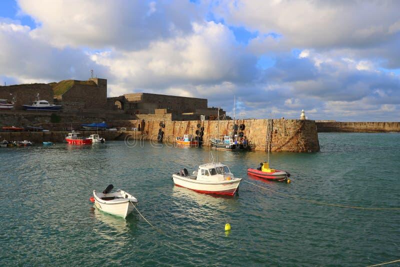 Kleine Boote festgemacht im Hafen stockbilder