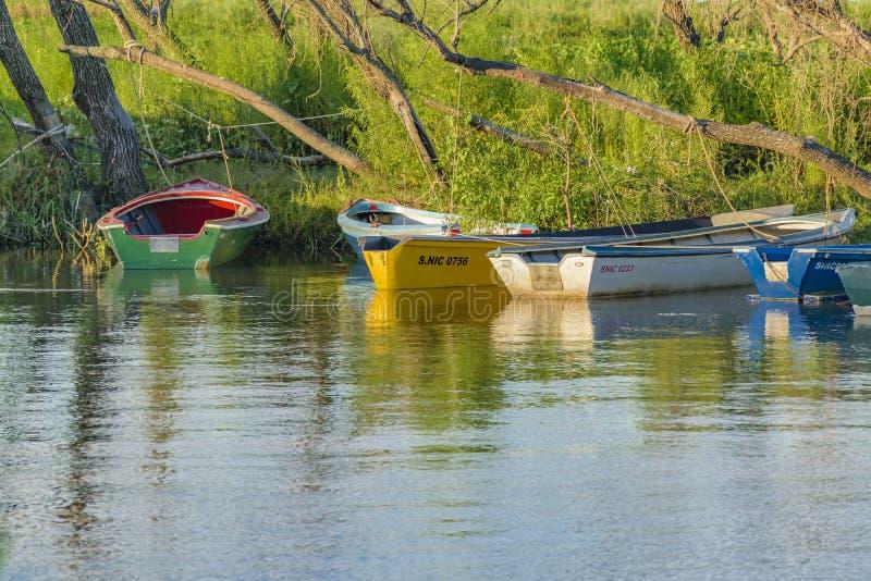 Kleine Boote in Fluss lizenzfreie stockfotos