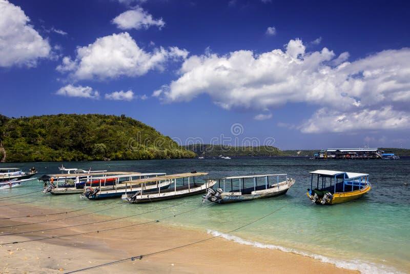 Kleine Boote machten am Strand, Nusa Penida, Indonesien fest stockbilder