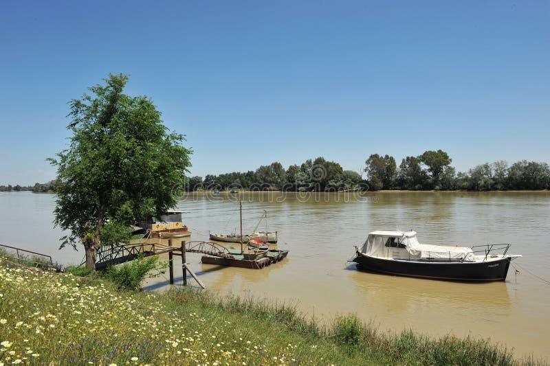 Kleine Boote am Pier, der Guadalquivir-Fluss, wie er durch Lederhäute del Provinz Rios, Sevilla überschreitet, Andalusien, Spanie stockfoto