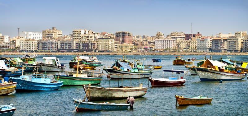 Kleine boten die in Alexandrië, Egypte worden verankerd stock foto's
