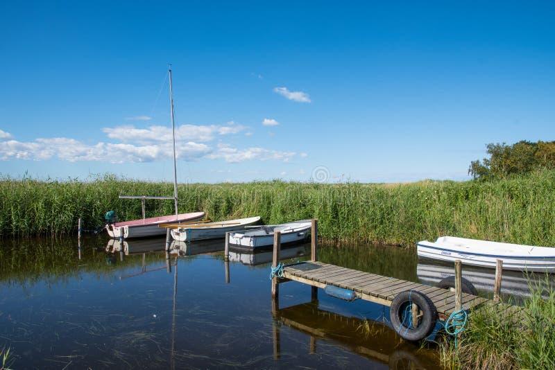 Kleine boten in een natuurlijke haven op het schiereiland Ulvshale op het eiland Moen in Denemarken royalty-vrije stock foto
