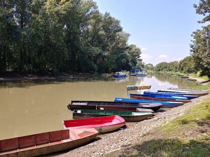 Kleine boten in een rivier van Tamis, Pancevo, Servi? stock afbeelding