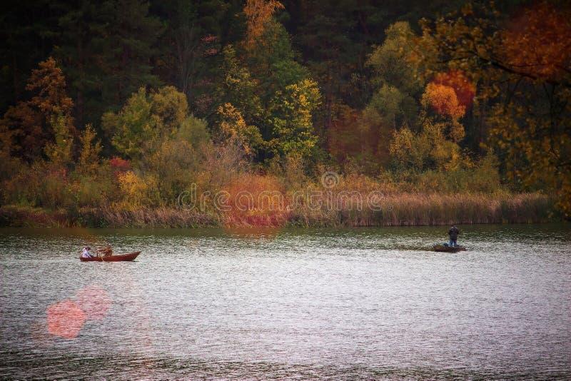kleine boten met de hemel bij rivier in het bos wordt weerspiegeld dat royalty-vrije stock foto