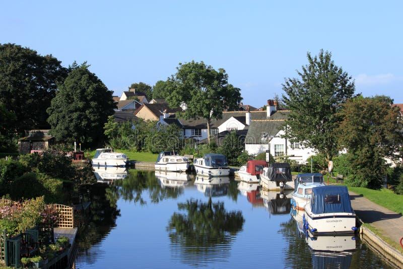 Kleine boten op het kanaal van Lancaster bij Bank Hest stock afbeeldingen