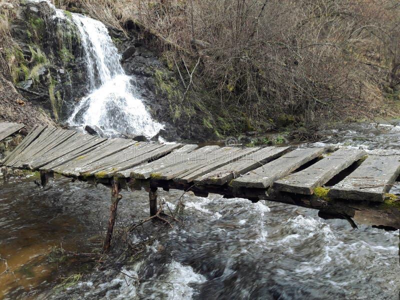 Kleine Brücke über Fluss lizenzfreie stockfotos