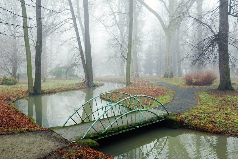 Kleine Brücke über einem Rivulet stockbilder