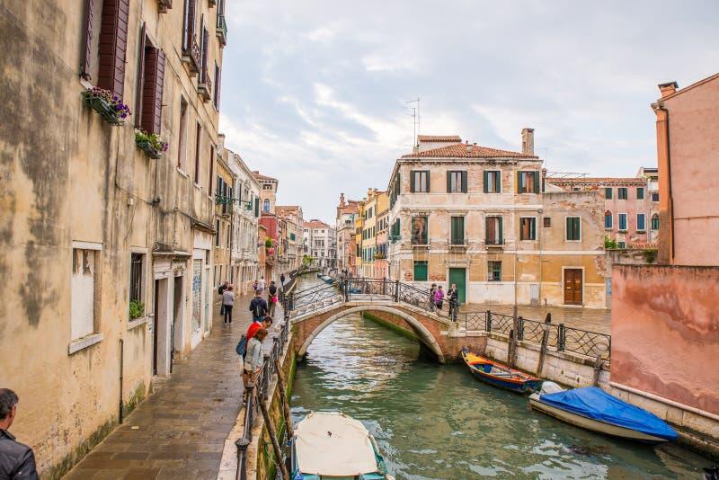 Kleine Brücke auf einem ruhigen Kanal in Venedig Italien stockfotografie
